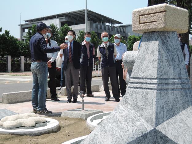 1090417治水透明樹植廉能活動中本局向嘉義地檢署介紹石猴消波塊.JPG_圖示