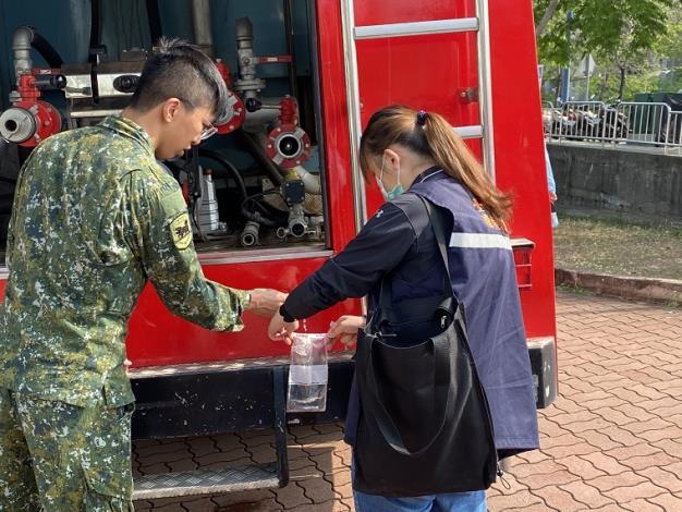 現場由臺中市政府環境保護局派員採水進行水質抽驗,以保障民生用水安全_圖示