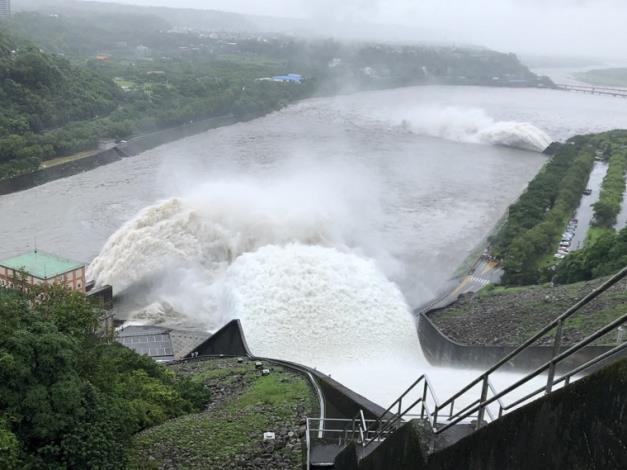 烟花颱風帶來豐沛雨量石門水庫溢洪道啟動洩洪1_圖示
