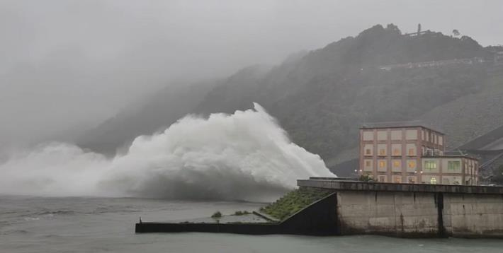烟花颱風帶來豐沛雨量石門水庫溢洪道啟動洩洪2_圖示