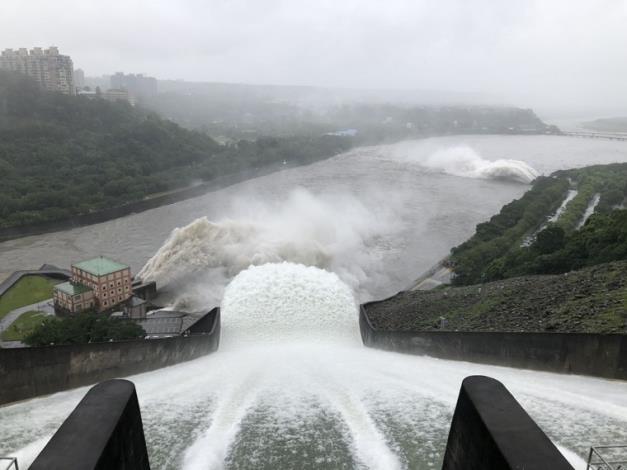 烟花颱風帶來豐沛雨量石門水庫溢洪道啟動洩洪_圖示