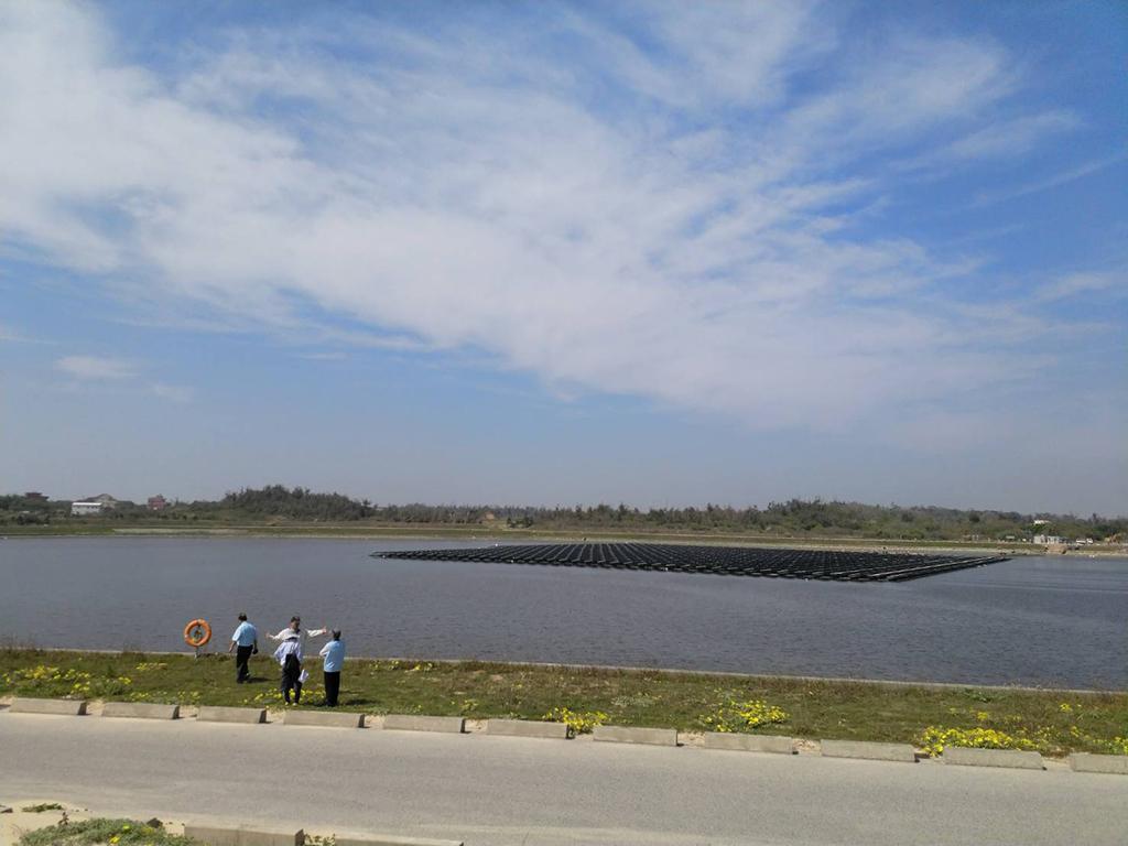 金湖水庫藍天下的太陽光電發電系統_圖示