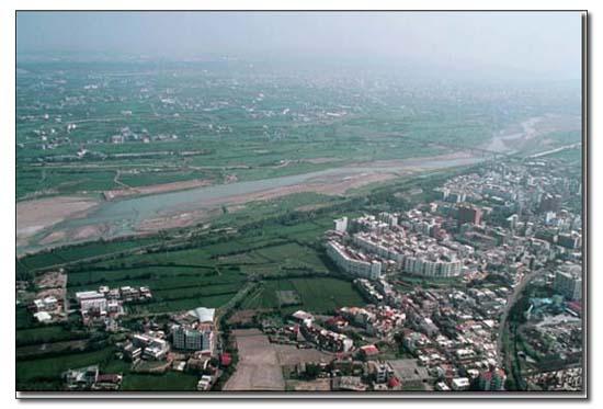頭前溪流經新竹市及竹北間的溪洲大樓_圖示