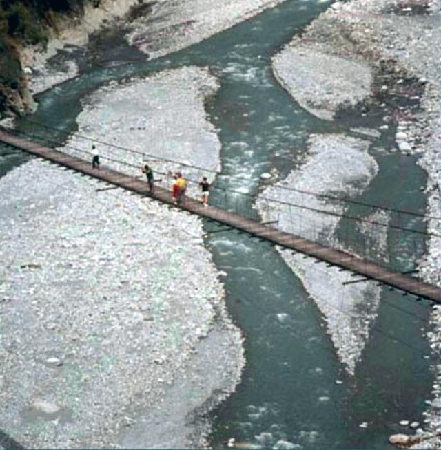 走過象鼻吊橋,欣賞大安溪上游河床景觀_圖示