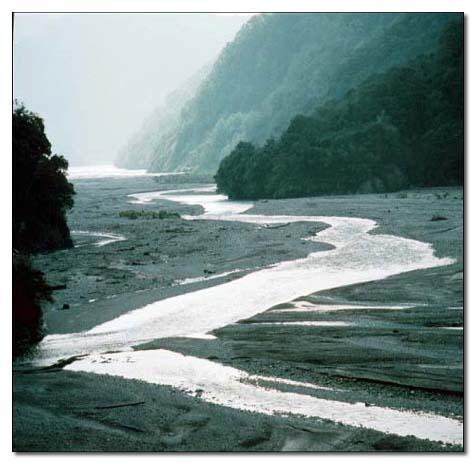 曲冰附近流水在寬平的河床上揮灑著大地的書法_圖示