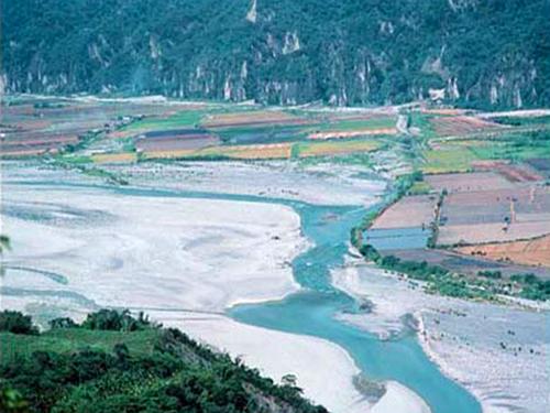 卑南溪中游山里段,對岸為台東赤壁_圖示