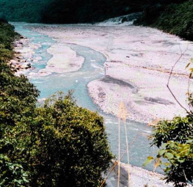 和平溪中游段,右上方有支流匯入_圖示