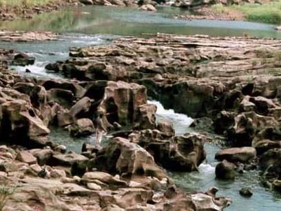 暖暖峽谷,被基隆河水長期的沖蝕形成 [壺穴]_圖示