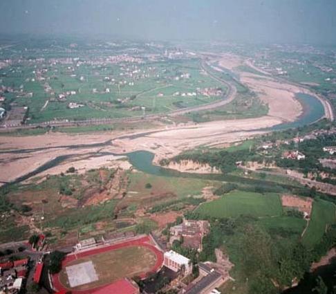 右下方之老田寮溪匯入上方之後龍溪俯瞰景_圖示