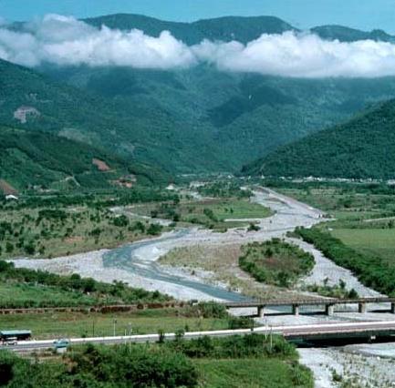 自舞鶴高地溪眺紅葉溪中游,前方為花東鐵路與公路橋_圖示