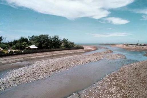 社子溪下游出海口,左側為永安海濱公園右側為永安漁港_圖示