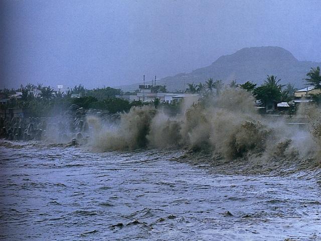 颱風時期強浪拍打富岡海堤之景象_圖示