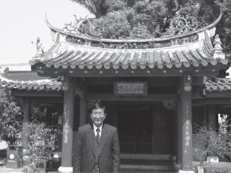 林先生廟宏偉景觀造型,屬重檐歇山式建築,紅色柱子陪襯出鮮飾屋宇。(西元2005年3月吉日,謝景攝,來源:鄉土研究 陳水源)。