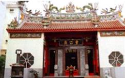 鳳山市曹公路上的曹公廟,對面即為曹公國小  來源:台灣水利鼻祖—曹謹